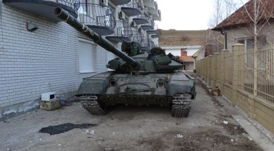 Ukrainian troops re-engineer abandoned tanks, APCs