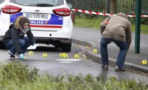 Police investigate the scene of the traffic stop shooting. Image courtesy of Reuters