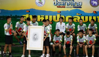 The Pic of the Day: Soccer team rescued from caves honor Thai SEAL diver who died