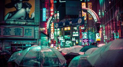 Many people using umbrella during night time/ Alex Knight on Unsplash
