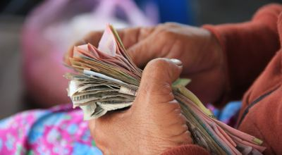 Person holding banknotes/ Niels Steeman on Unsplash