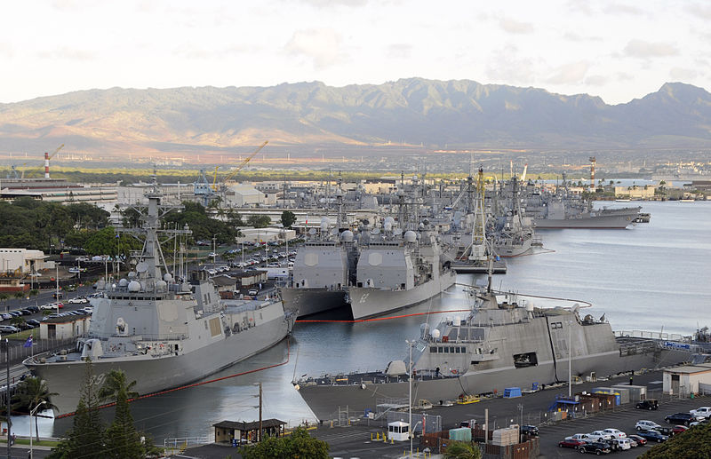 800px-US_Navy_100630-N-0464S-123_Ships_f