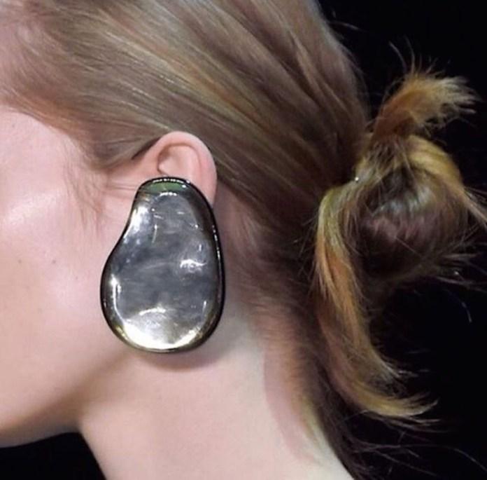 ClioMakeUp-orecchini-grandi-pendenti-giganti-retro-vintage-anni-60-moda-sfilate-7