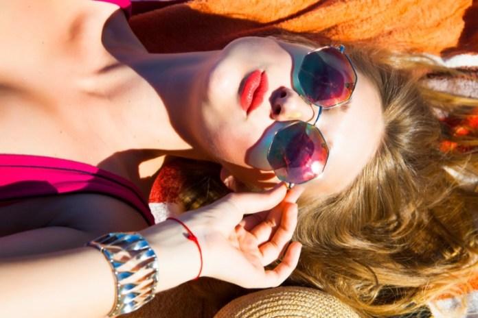 ClioMakeUp-occhiali-da-sole-colorati-rosa-azzurri-rossi-gialli-arancioni-vintage-15