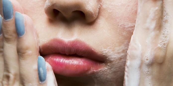 cliomakeup-capillari-rotti-naso-4-lavare-viso