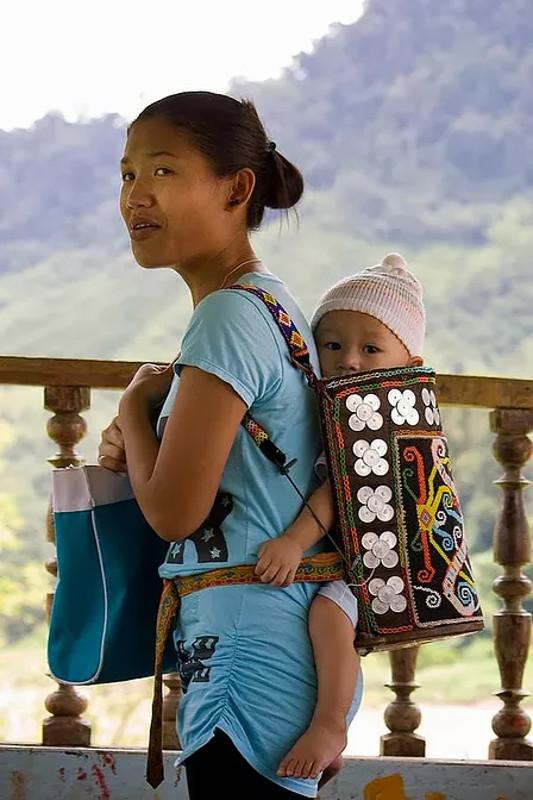 cliomakeup-portare-in-giro-un-neonato-africa-asia-finlandia-9