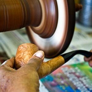 Ch. Courrieu, fabrication d'une pipe en bois en France à Cogolin en Provence-Alpes-Côte d'Azur