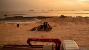 मनीला खाड़ी के प्रदूषित खिंचाव से नकली सफेद रेत का मेकओवर हो जाता है
