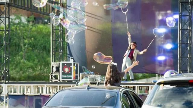 दक्षिण कोरियाई लोग ड्राइव-इन सर्कस में भाग लेने के लिए COVID -19 की अवहेलना करते हैं