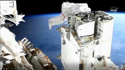 Astronot memasang panel surya peluncuran baru di Stasiun Luar Angkasa Internasional