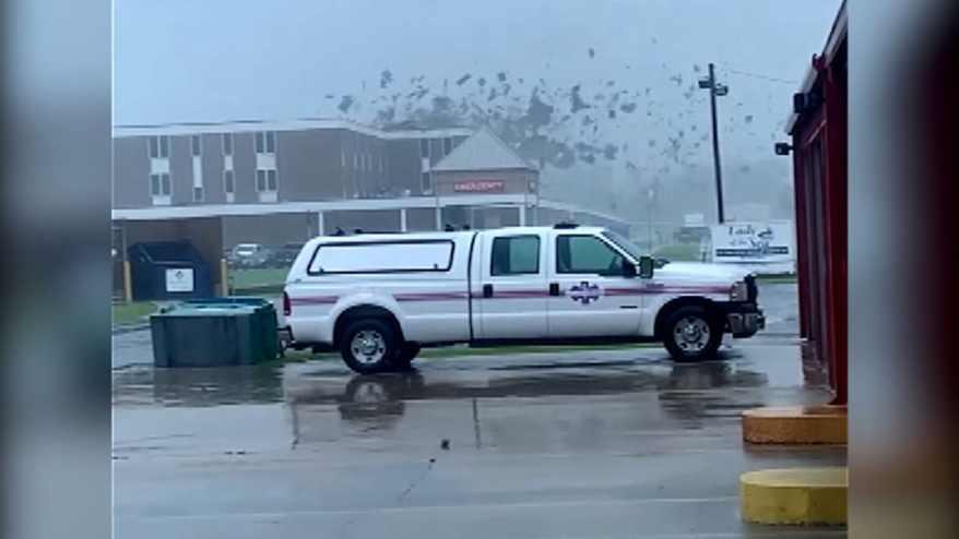 شاهد لحظة اقتلاع رياح الإعصار أيدا سقف عيادة طبية في لويزيانا الأمريكية