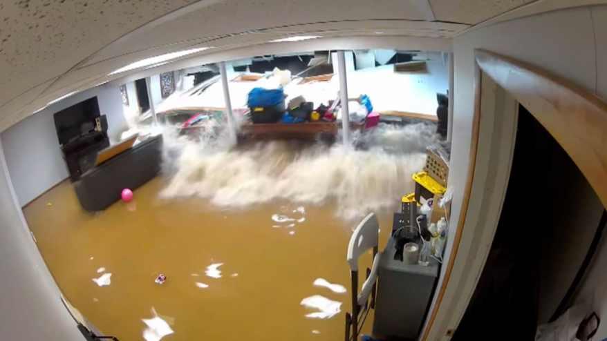 مشهد مخيف لمياه فيضانات تحطم جدار منزل في نيوجيرسي.. وتحاصر أمًا وابنها