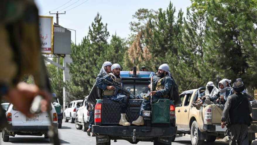 مقاتلو طالبان يقومون بدورية على طول شارع في كابول في 29 أغسطس 2021