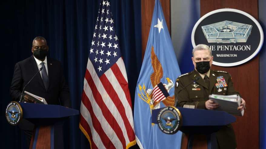 وصول وزير الدفاع الأمريكي لويد أوستن ورئيس هيئة الأركان المشتركة للجيش الجنرال مارك ميلي للتحدث في البنتاغون في 1 سبتمبر 2021 في أرلينغتون، فيرجينيا.