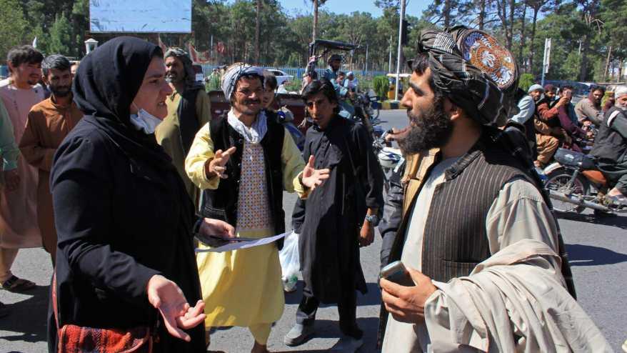 نساء ينظمن باحتجاج في كابول في ظل طالبان.. وأعمال عنف ضدهن