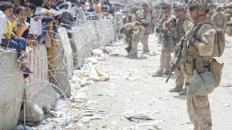 صورة لجنود أمريكيين حول مطار كابول