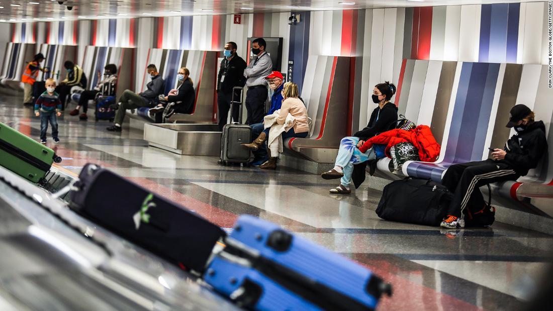 Expertos instan a viajeros de Acción de Gracias a hacerse la prueba de covid-19 mientras las hospitalizaciones están en su punto más alto