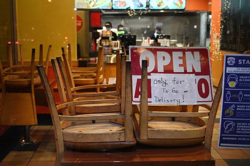 Los empleados trabajan en un restaurante abierto solo para pedidos o con entrega a domicilio, en Burbank, California, el 23 de noviembre de 2020 (Crédito: Getty Images)