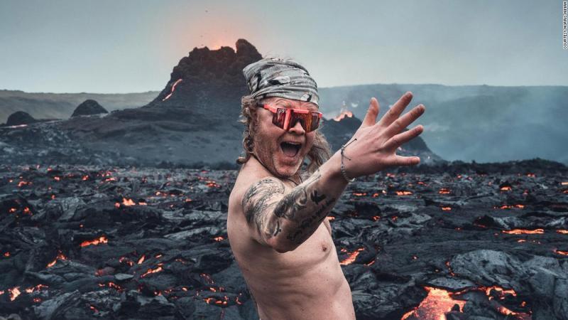 hombre-desnudo-volcán-islandia