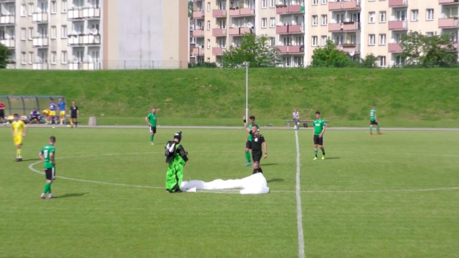 Inesperada caída de un paracaidista en un estadio de fútbol