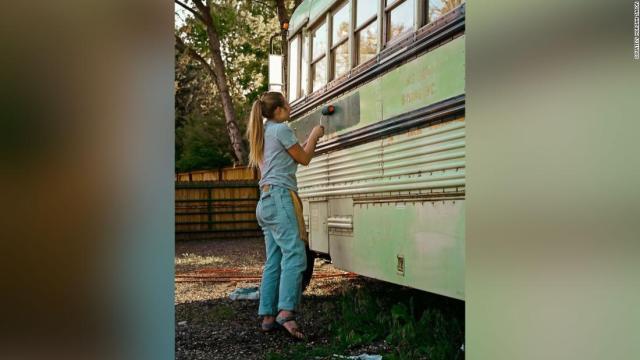 Abi Roberts pintando el autobús antes del viaje.