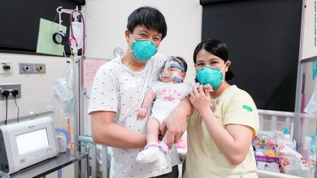Los padres de la niña dieron las gracias al personal del hospital tras el alta.