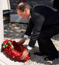 Governor-lays-poppy-wreath-at-Seamans-Memorial1