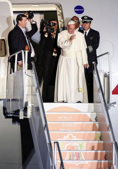 Pope Francis waves from the steps as he boards an American Airlines jetliner at Philadelphia International Airport Sept. 27 for his return to Rome. (CNS/Gregory A. Shemitz)