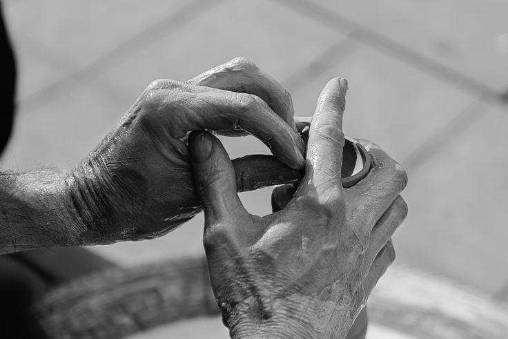 Photo où on peut voir deux mains modeler de l'argile. Modeler de l'argile est une des approches en Gestalt-thérapie. Cela permet de matérialiser inconsciemment ou consciemment des émotions, des histoires ...