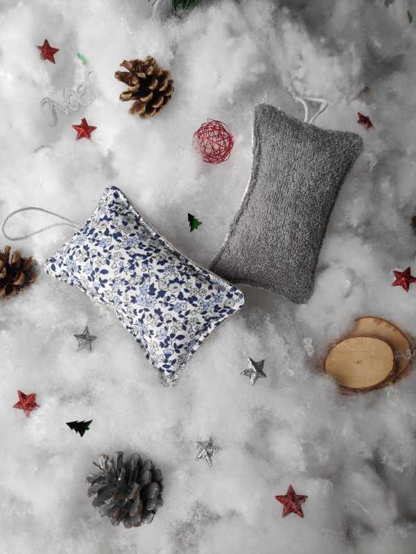 Eponges lavables à motifs fleurs bleues dans un décor de neige