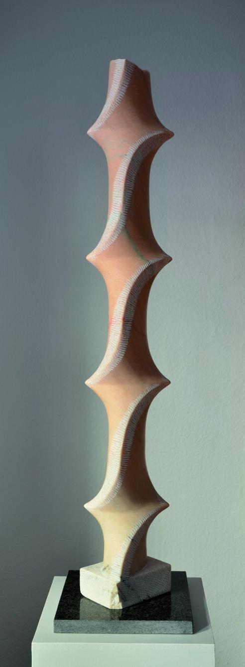 """Marmorskulptur """"Kehrtwende"""",Stele aus portugiesischem Marmor, (rosa Portogallo). Aus der Serie """"Marmorstelen"""", Bildhauer Jens Hogh-Binder,2011- 2016"""