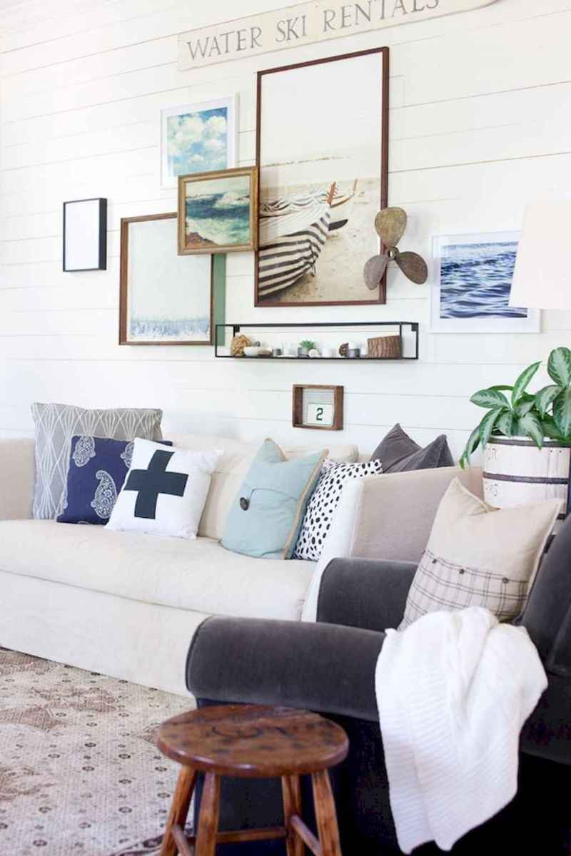 70 Cool and Clean Coastal Living Room Decorating Ideas (38)