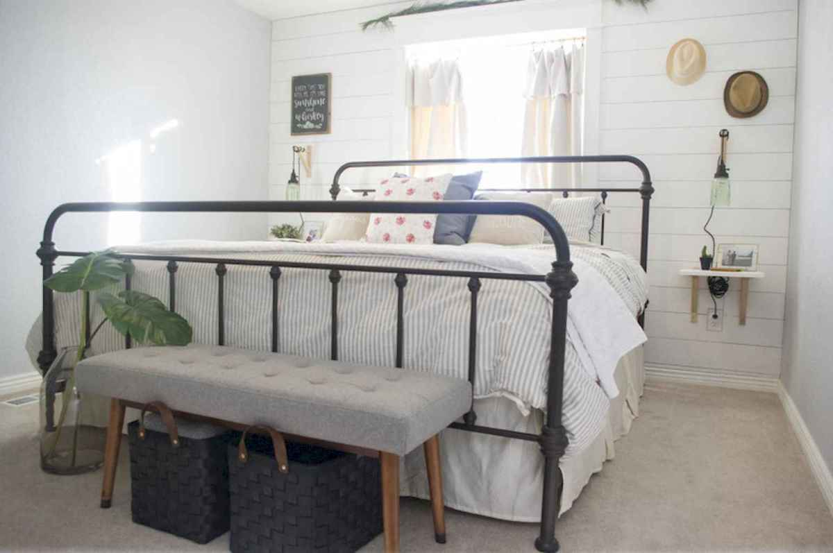 40 Modern Farmhouse Bedroom Decor Ideas and Makeover (31)