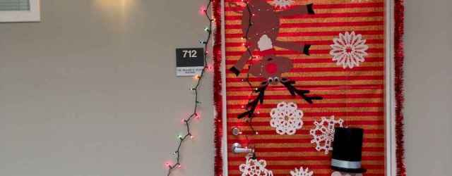 40 Simple DIY Christmas Door Decorations For Home And School (1)