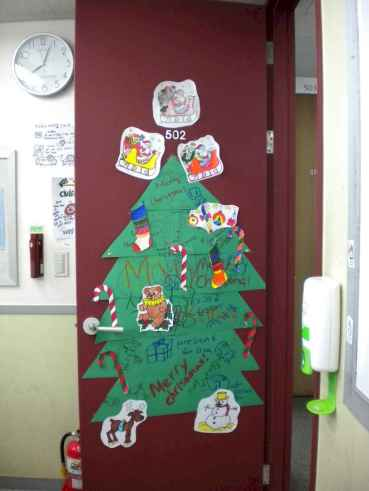 40 Simple DIY Christmas Door Decorations For Home And School (13)