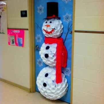 40 Simple DIY Christmas Door Decorations For Home And School (40)