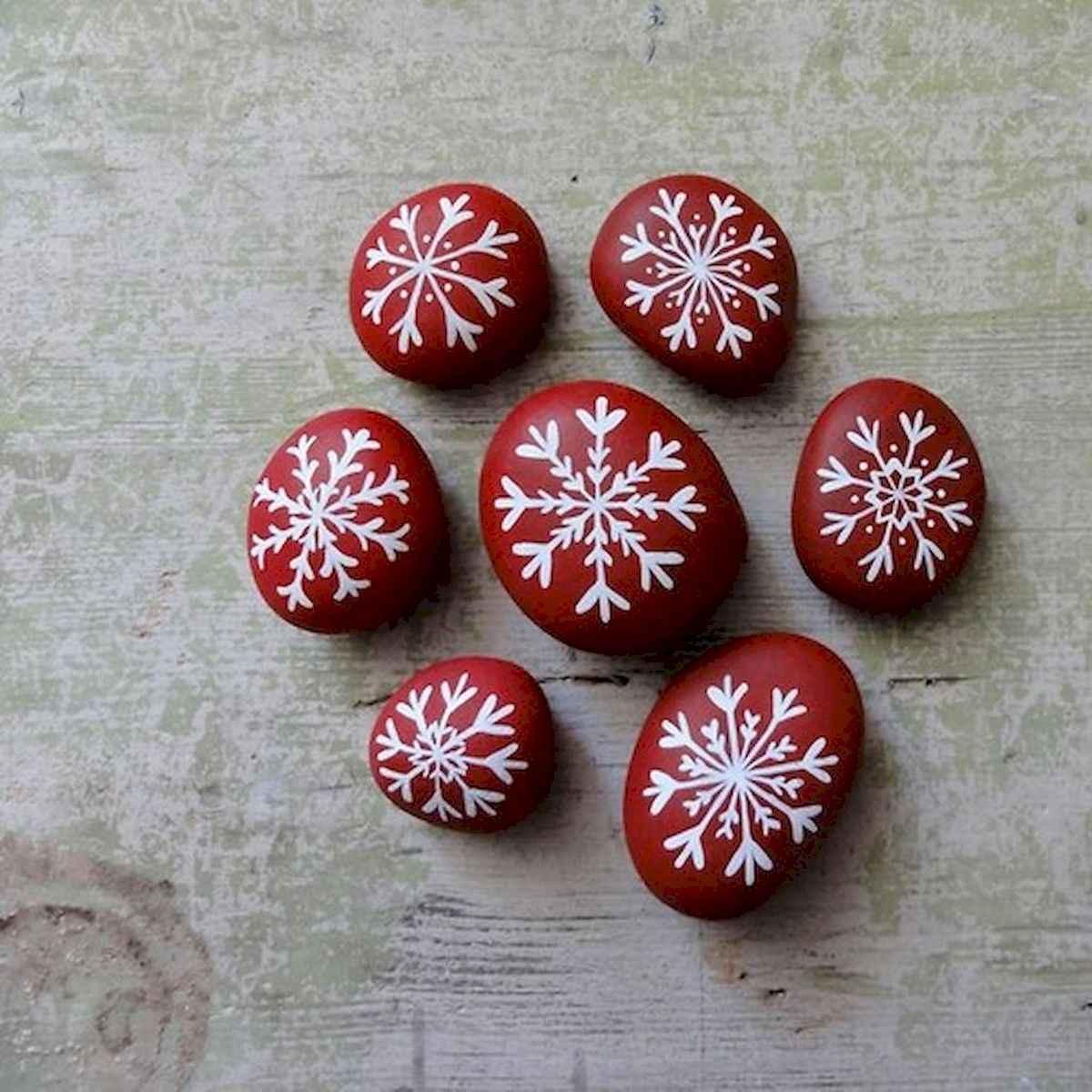 50 Easy DIY Christmas Painted Rock Design Ideas (44)