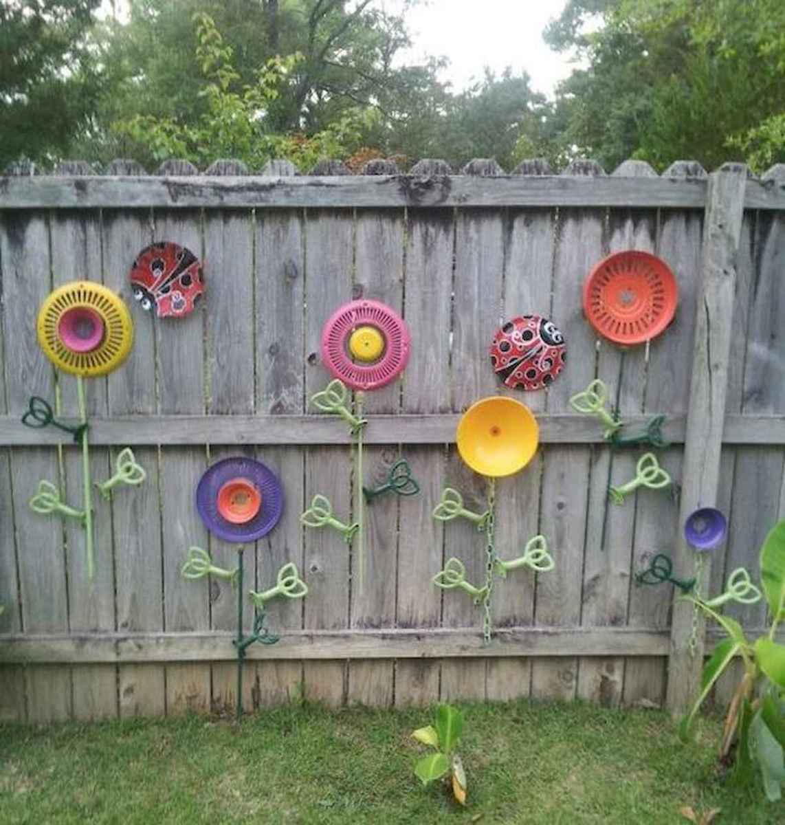 40 Unique Garden Fence Decoration Ideas (21)