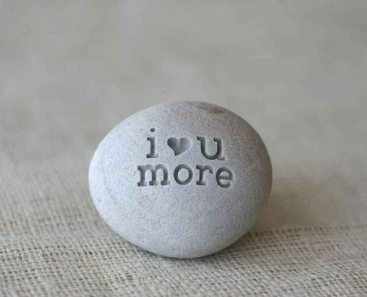 25 Gorgeous Painted Rocks Valentines Day Ideas (16)