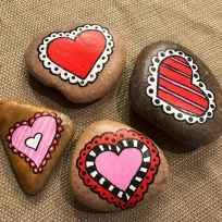 25 Gorgeous Painted Rocks Valentines Day Ideas (25)