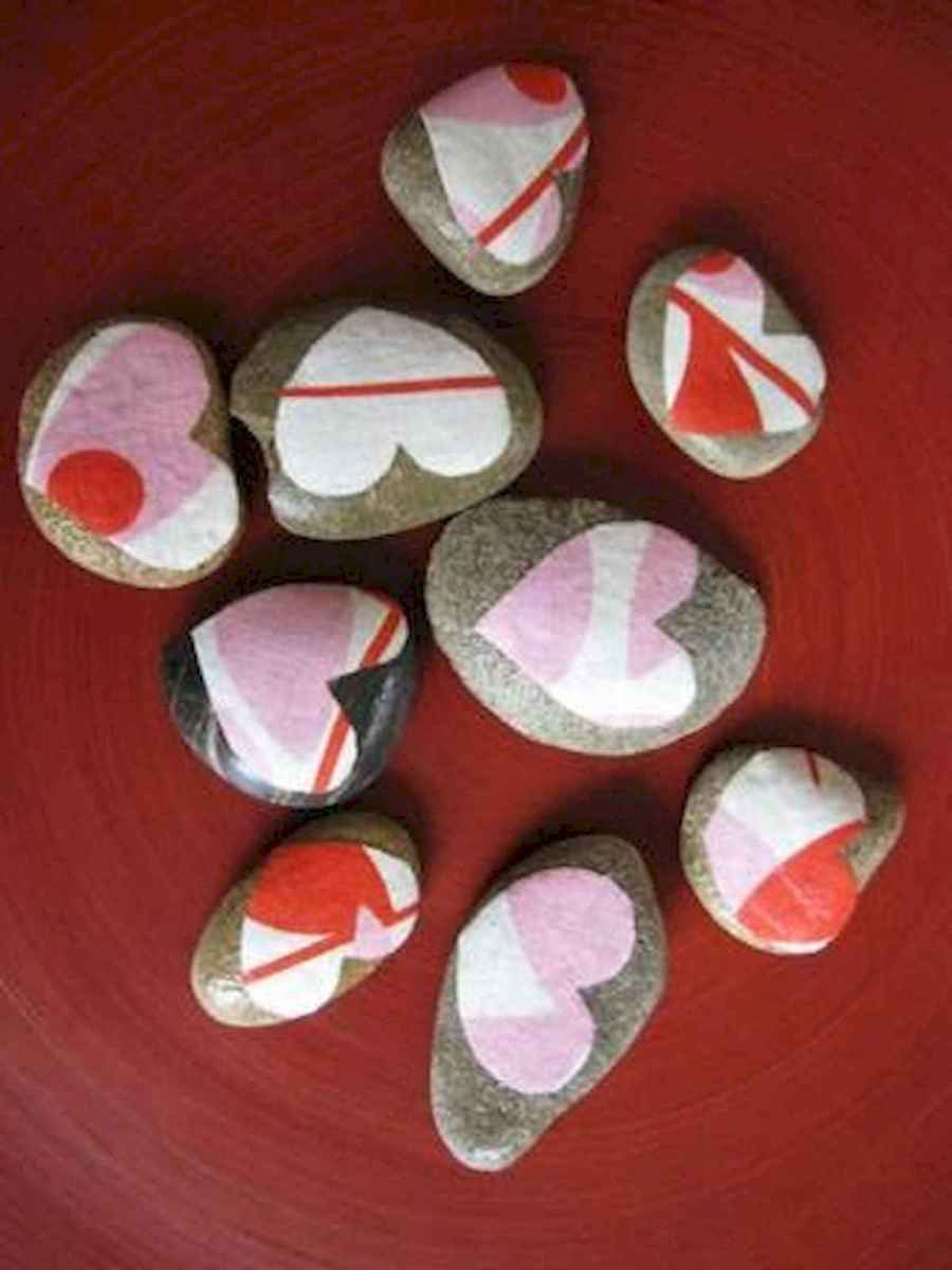 25 Gorgeous Painted Rocks Valentines Day Ideas (26)
