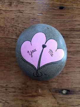 25 Gorgeous Painted Rocks Valentines Day Ideas (6)