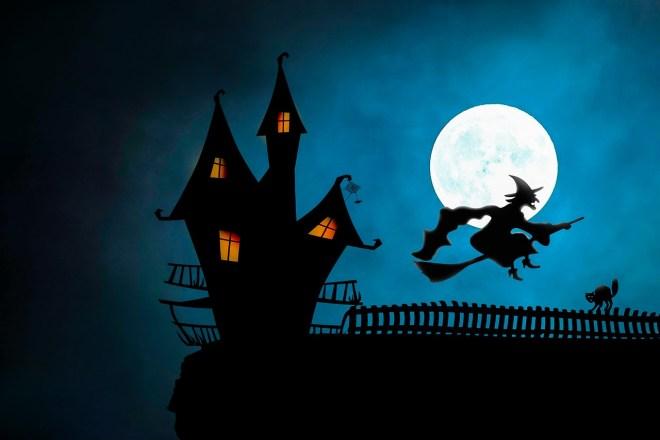 Hexe reitet vor Vollmond auf Besen