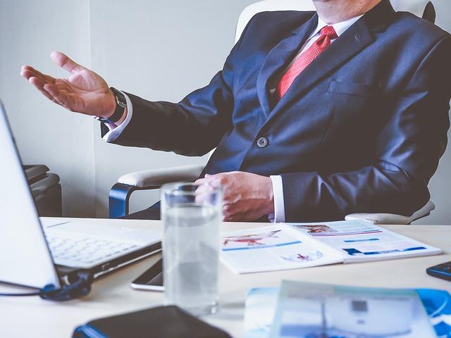 Mann im Anzug am Konferenztisch