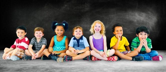 glückliche Kinder mit verschiedener kultureller Herkunft lächeln