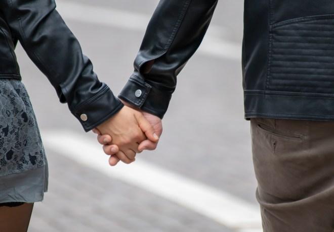 Frau und Mann gehen Hand in Hand