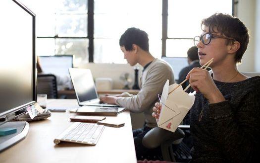 donna che mangia al lavoro