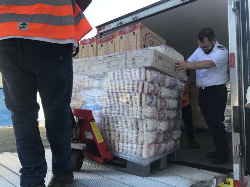 Imagem do pessoal transportando alimentos
