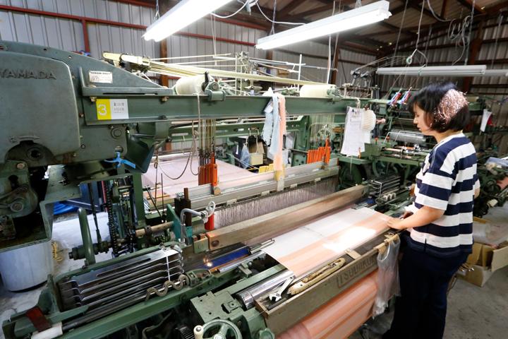 シャトル織機が並ぶ工場