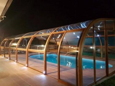 Luces incorporados en los arcos curvados en el interior y el exterior
